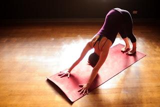 Manfaat Pose Yoga untuk Kesehatan Bokong dan pantat dan Tips memilih pakaian Yoga