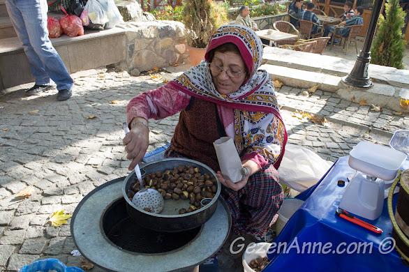 Bolu Göynük pazarında sıcacık kestaneler