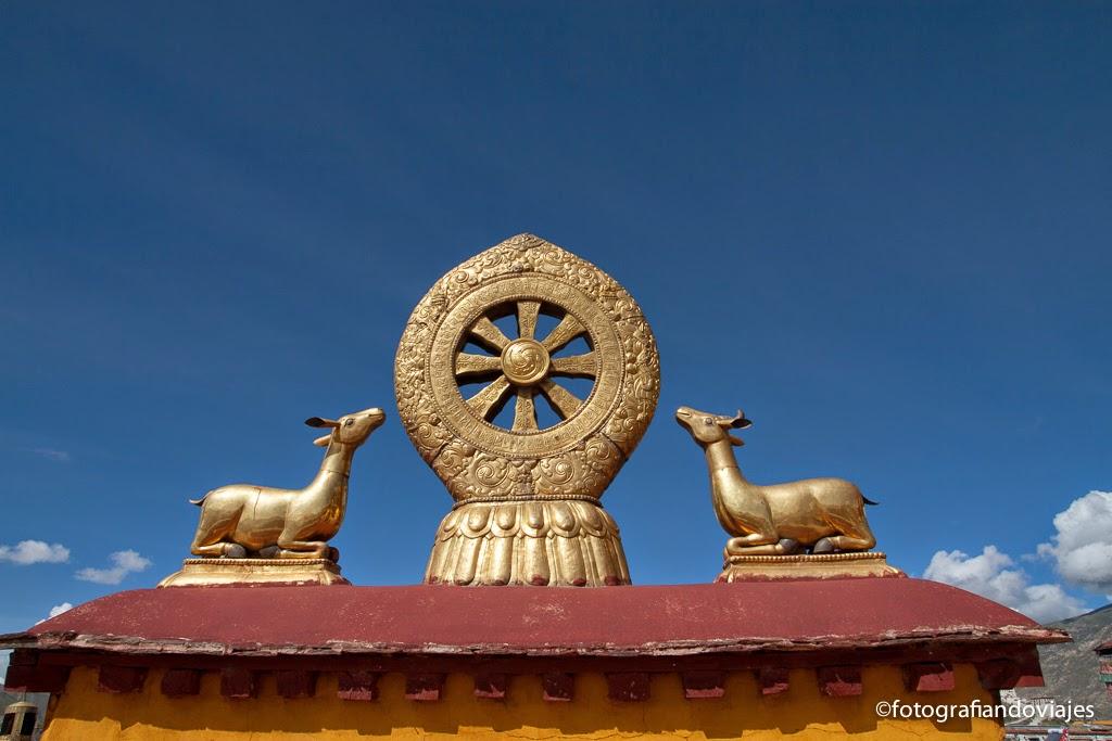 Dharma chakra o rueda de Dharma en el Jokhang (Lhasa)