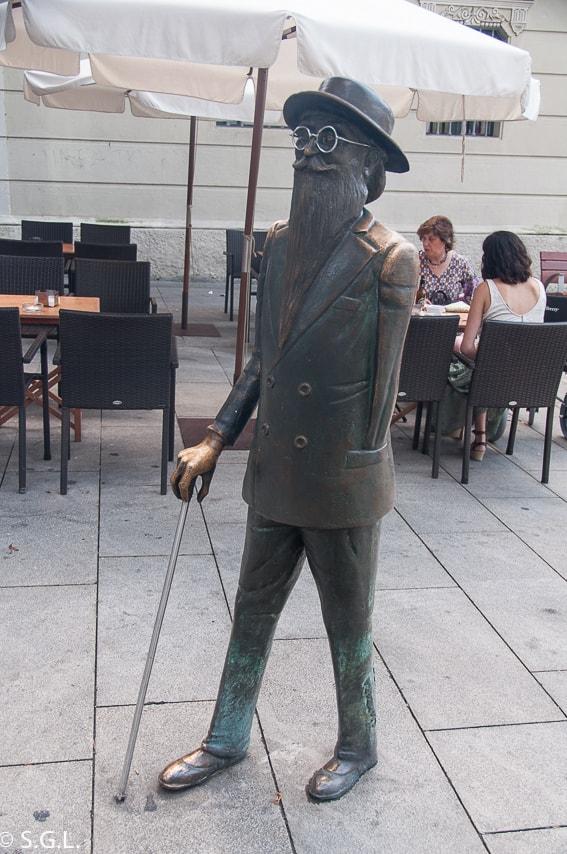 Estatua de Valle Inclan en Pontevedra. Galicia