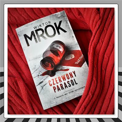 """Jak Wiktor Mrok stworzył Jamesa Bonda w spódnicy, czyli recenzja powieści """"Czerwony Parasol"""". Przed premierą!"""
