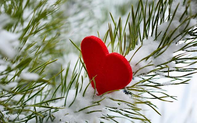 Winter achtergrond met rood liefdes hartje in de sneeuw