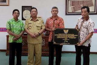 Bupati Sekadau melakukan penandatanganan prasasti Kantor Koperasi Unit Desa (KUD) Dusun Suak Terentang, Desa Engkersik, Kecamatan Sekadau Hilir