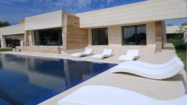 Casas con piscinas en interiores exteriores dise o de for Disenos piscinas para casas