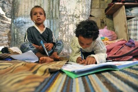 غياب الحجرات الدراسية يُحْرم أطفالا من التعليم في ضواحي زاكورة