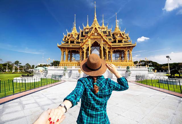 Khi ở Rome, bạn có thể thân mật với nhau ngay ngoài đường, nhưng đến Thái Lan, điều đó được cho là hành vi hạn chế và không nên. Bạn có thể nhận thấy người dân ở đây không thường xuyên nắm tay hoặc ôm nhau chốn công cộng. Vì vậy, bất kỳ nụ hôn hay sự gần gũi nào ở nơi đông người đều không được khuyến khích.