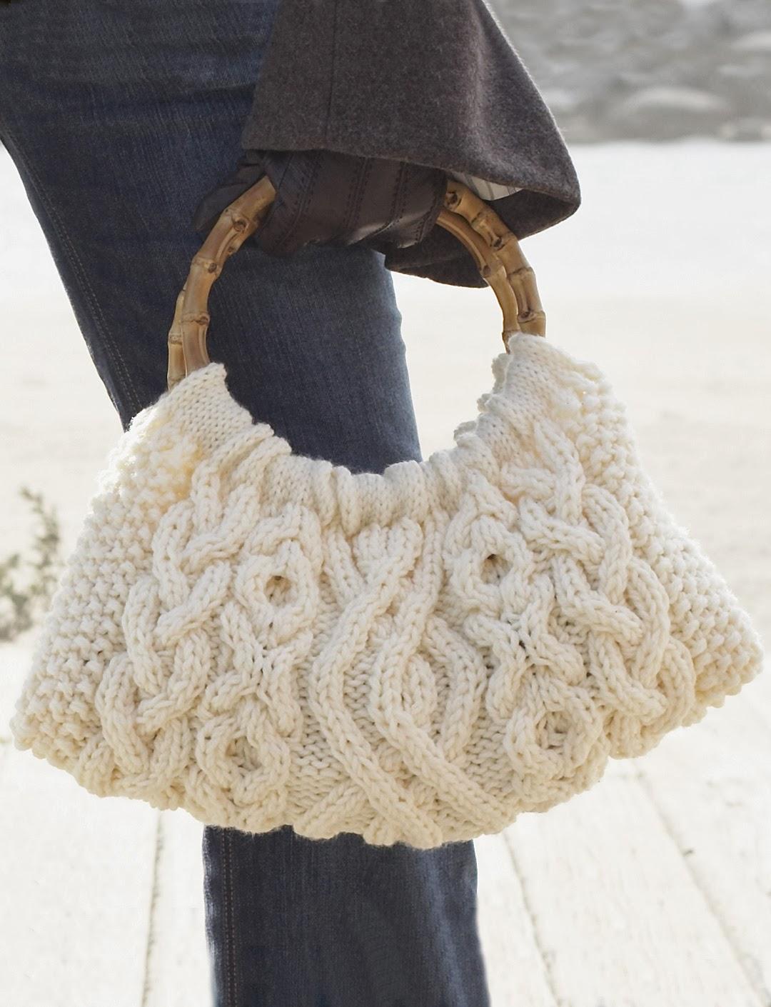 Сумка связана спицами ажурным узором из разных видов кос.  Благодаря белому цвету, такая сумка выглядит элегантно...