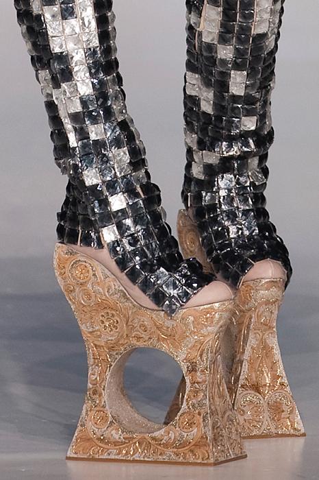 Men intressant är det ju. Kollade runt på google efter galna skor och jag  hittade allt möjligt! Allt från simfötter med klack till högklackat UTAN  klack!  557ac734557c3