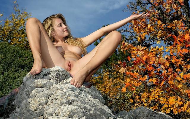 Красивая, девушка, обнаженная, тело, волосы, грудь, сексуальная поза, сидит, камень, деревья, природа