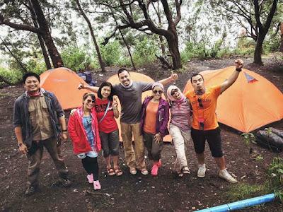 Foto bersama saat kemping ke gunung Papandayan, Garut