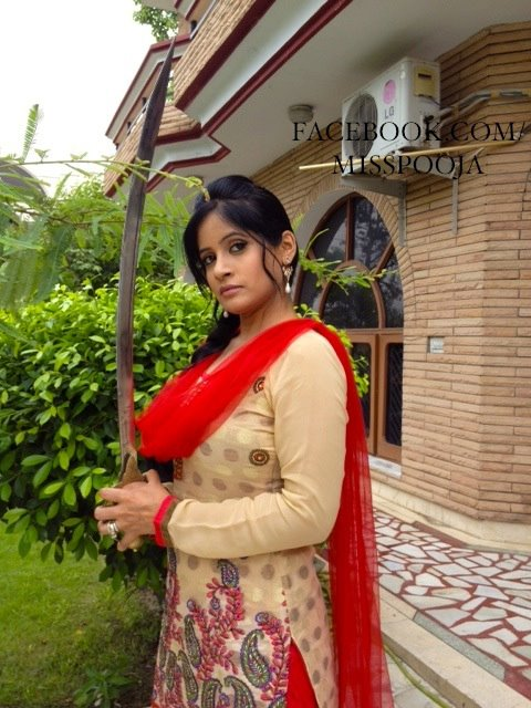 Miss Pooja New Wallpaper 2012 - Bollywood Actress Hd -3950