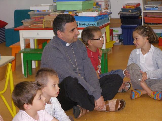 Mgr Dominique Lebrun et les enfants de l'école des tilleuls