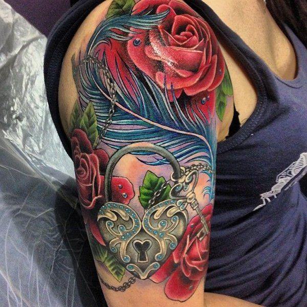 chica con tatuaje de llave candado en forma de corazón y rosas en el brazo