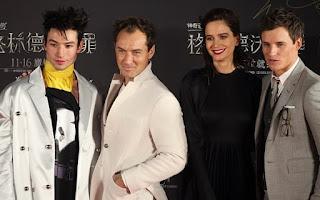 Fotos e vídeos do elenco na turnê promocional de 'Os Crimes de Grindelwald' na China | Ordem da Fênix Brasileira