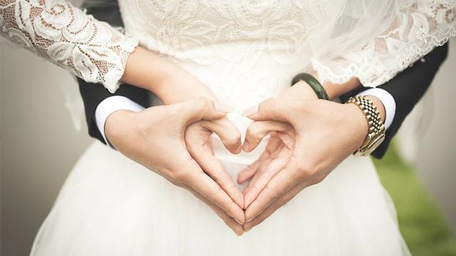 Inilah Manfaat Luar Biasa Berpegangan Tangan bagi Pasangan Suami-Istri