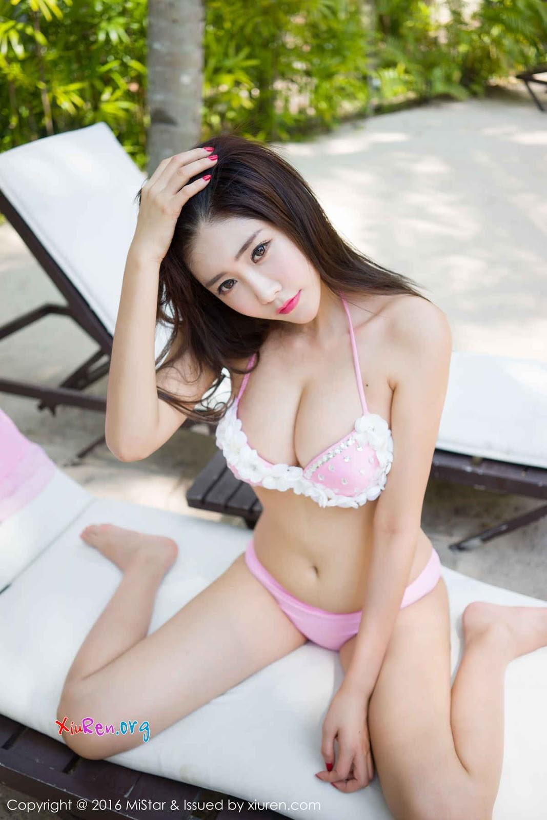 Gái xinh với đồ lót hồng phơi dáng ngoài bãi biển|raw
