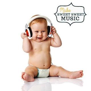 Foto gambar bayi lucu mendengarkan musik 7