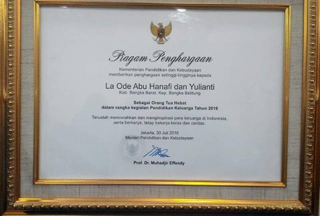 Atas Kesuksesan Dalam Mendidik, Menteri Ini Berikan Piagam Penghargaan Kepada Kedua Orang Tua Musa