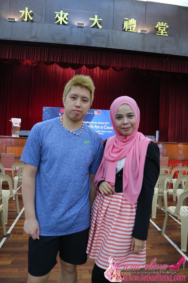 cik iena bergambar bersama Kenichi Tago, pemain badminton dari Jepun
