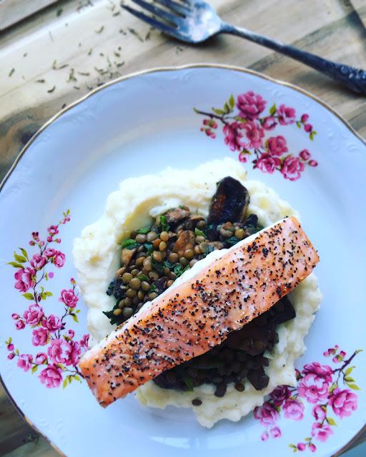 Salmón al horno + Lentejas con champiñones y espinacas + Puré de papa