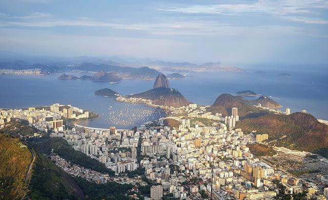 Vista do Cristo Redentor para o Pão de Açúcar e a Baía de Guanabara - Rio de Janeiro