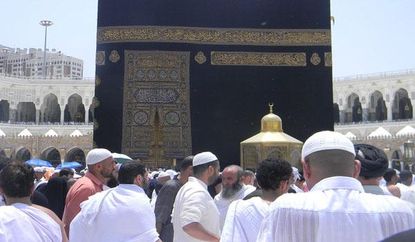 Bagaimana Hukum Sah atau Tidak Bermakmum Kepada Imam Yang Berbeda Madzhab