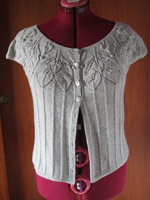 Bella: Short-Sleeve Vest with Leaf Motifs - Free Pattern