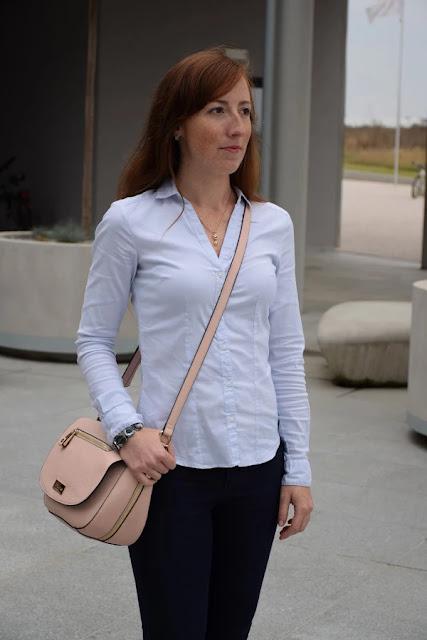 22c138f9a5e Už delší dobu jsem měla chuť si vzít na sebe klasickou košili s dlouhým  rukávem a když už jsem sáhla po té světle modré
