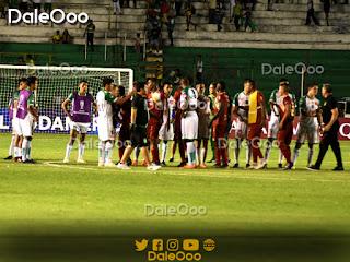 Jugadores de Águilas Doradas de Rionegro saludan a los jugadores de Oriente Petrolero luego de los penales - Copa Sudamericana - DaleOoo