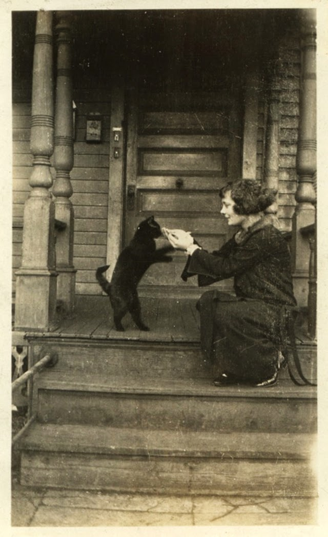 16 Adorable Vintage Portraits of People With Their Cats