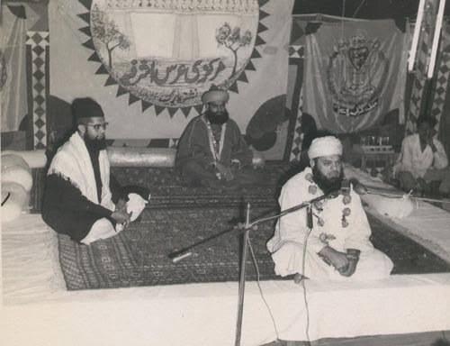 Hazrat Maulana Shafee Okarvi with Hazrat Peer Saiyyid Mazaahir Ashraf Ashrafee (Rahmatul Laahi Alaieh)