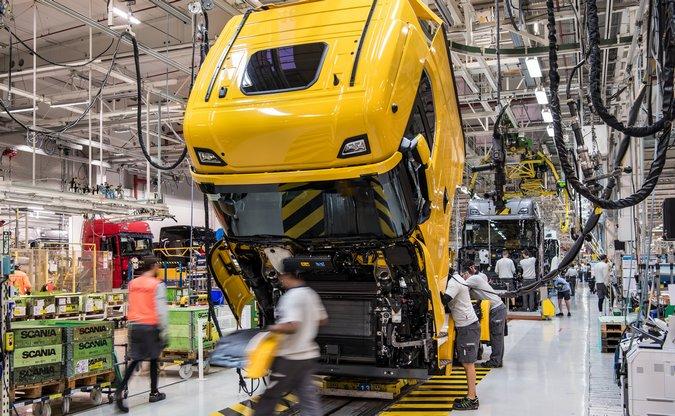 Scania e Volvo suspendem produção de caminhões por falta de peças e avanço da pandemia