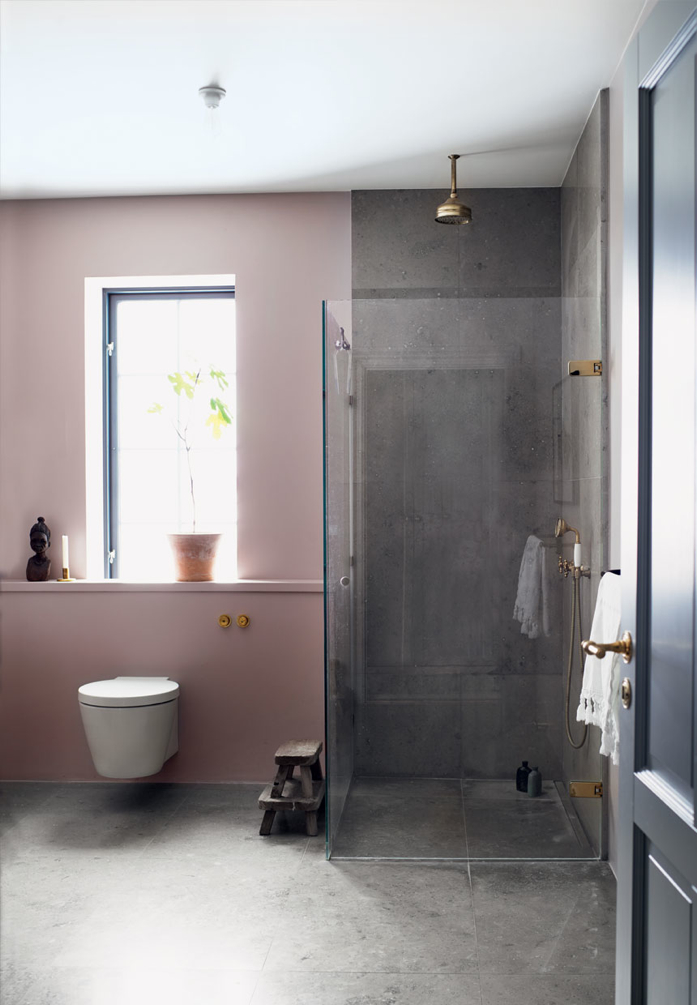 Pink and Brass Details in the Bathroom/Photo Mikkel Adsbøl
