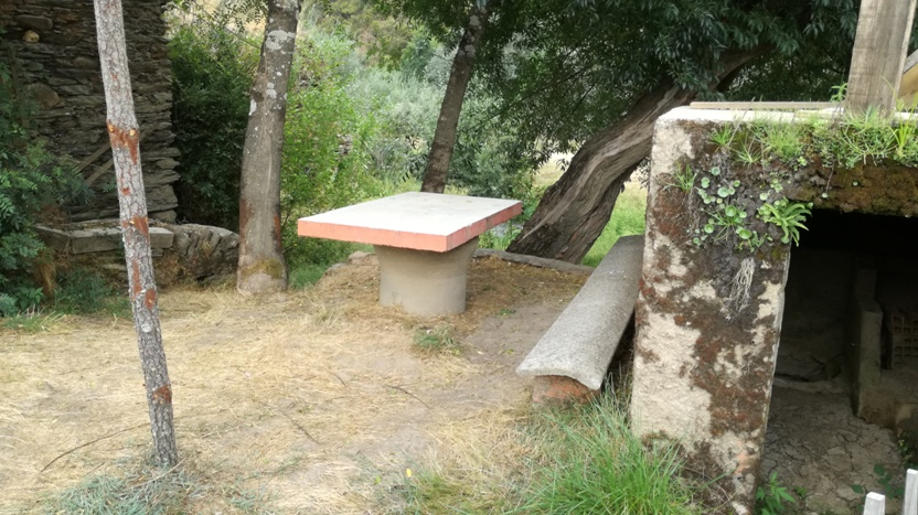 Mesa de Cimento ao lado do Moinho
