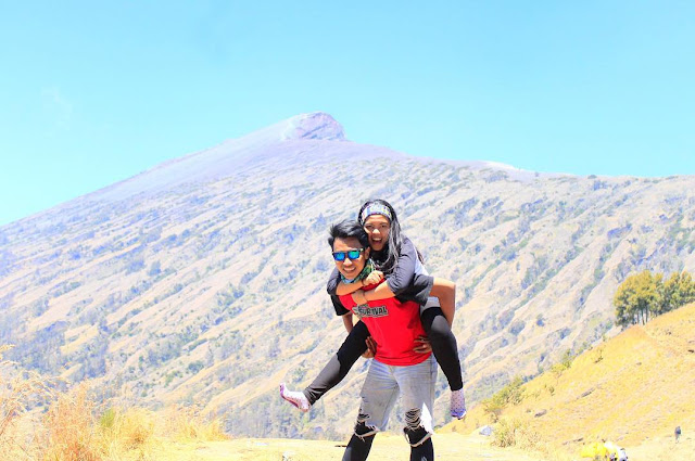 pendaki couple romantis di gunung