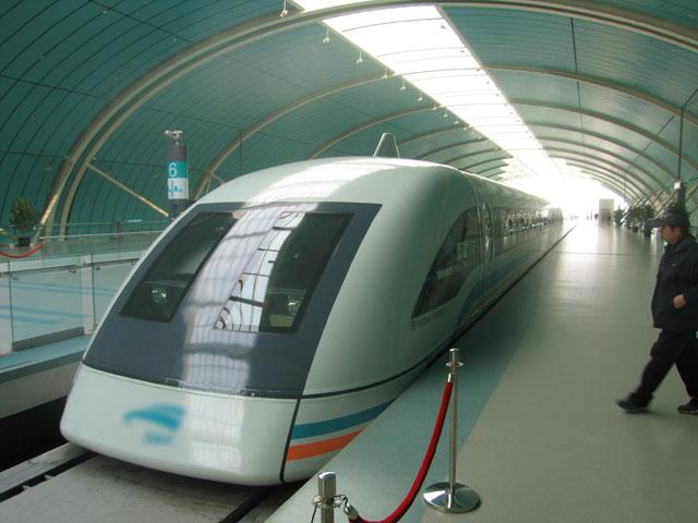 Il 31 Dicembre 2002 – In Cina viene inaugurato il primo tratto ferroviario servito da un treno a levitazione magnetica