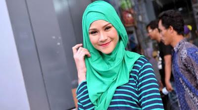 Tutorial Hijab Simple Untuk Ngantor yang Bisa Anda Coba