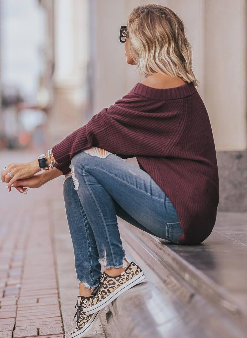 casual style addiction / burgundy sweater + rips + sneakers