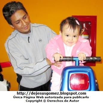 Foto de un papá con su hija por el día del padre. Foto de papá tomada por Jesus Gómez