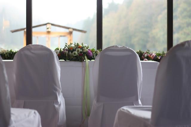 Trauung im Jagdstüberl im Seehaus, Frühlingsdekoration Herbsthochzeit mit bunten Wiesenblumen im Hochzeitshotel Garmisch-Partenkirchen Riessersee Hotel Bayern, heiraten in den Bergen