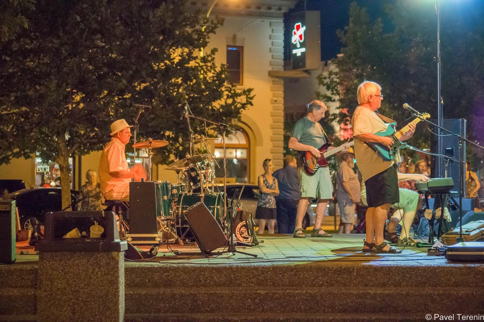 мы направились в центр набережной послушать живые концерты местных музыкантов.