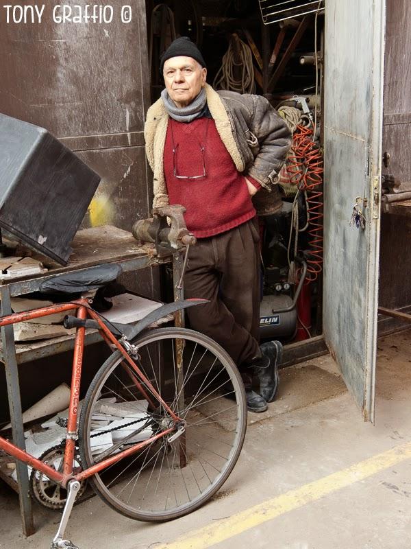Federico de Leonardis e la sua bicicletta davanti all'ingresso del suo studio