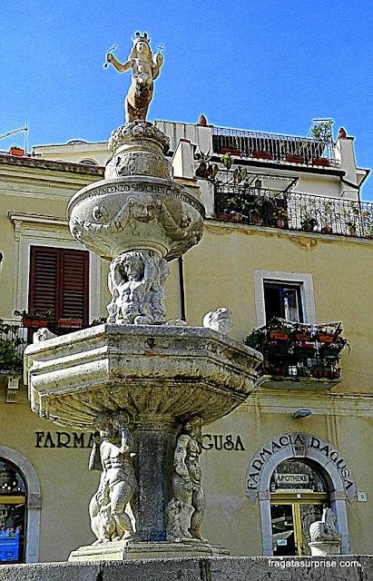 Fonte barroca na praça da catedral