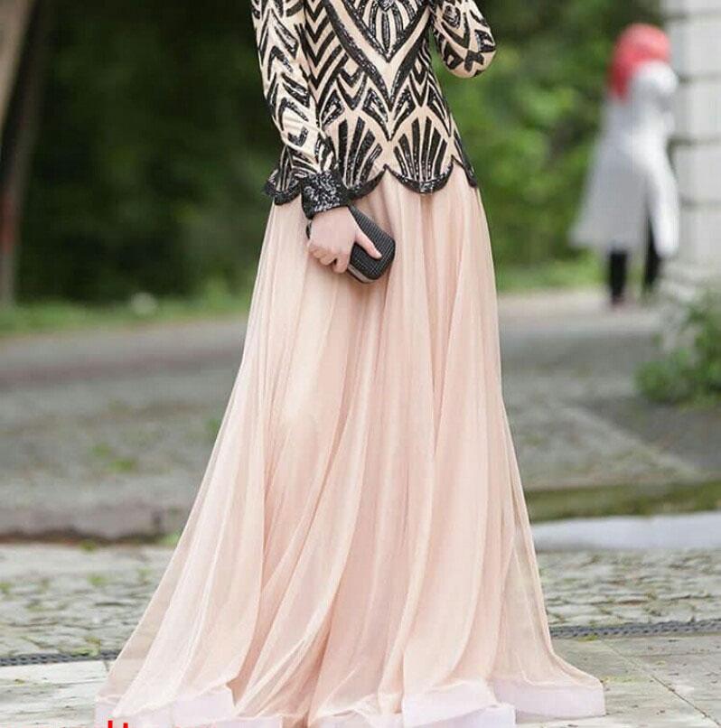 3473146cfbb33 وهذا الفستان تصميم للمحجبات وهو مصنوع من القماش التل ولونه اللون السيمون  الفاتح وهو ماسك في الجسم من أعلى الكورساج وهو منسدل على طول الفتاة إلى أن  يصل إلى ...