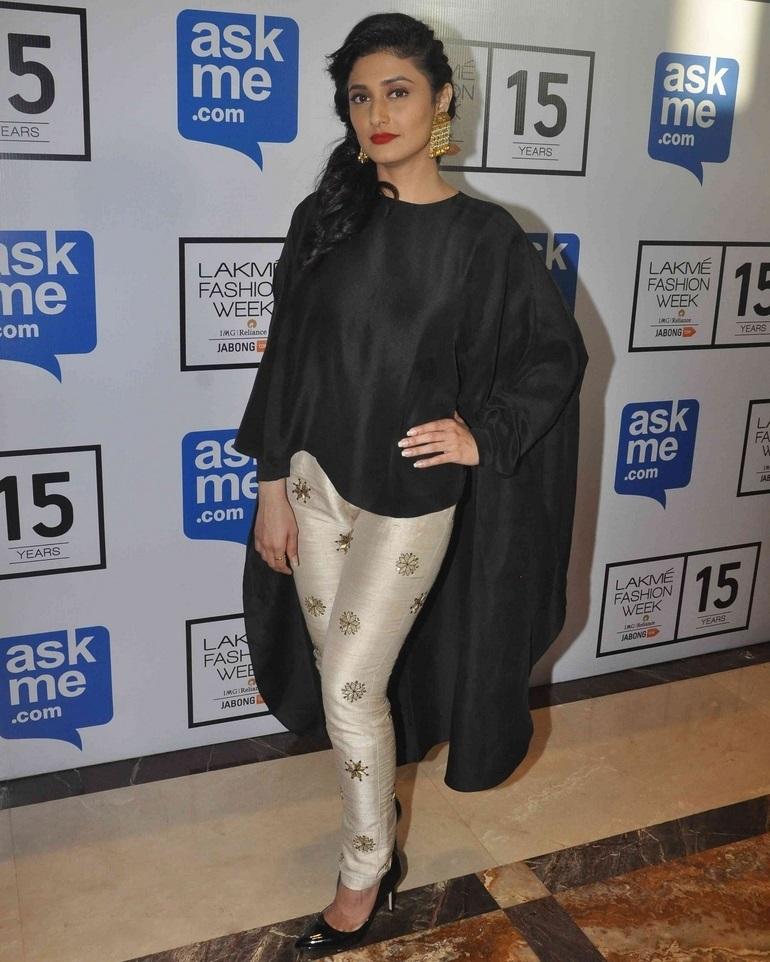 Indian Tv Actress Ragini Khanna Stills In Black Dress At Lakme Fashion Week