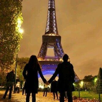 Pareja en la Torre Eiffel.