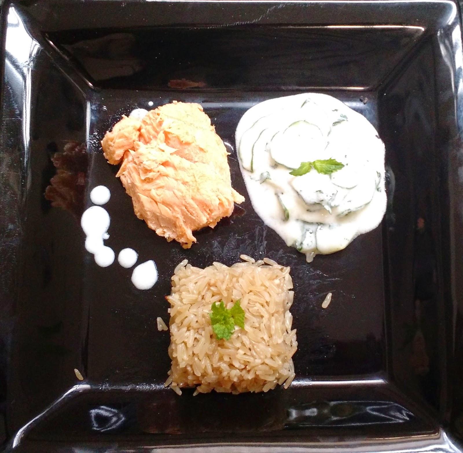 salada refrescante de pepino e salmão