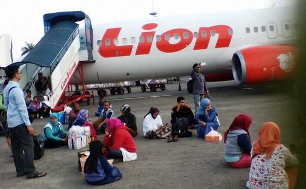 Para penumpang LION AIR menunggu kepastian keberangkatan pesawat