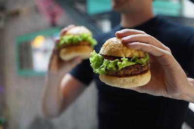 ما هي عواقب الأكل بسرعة؟