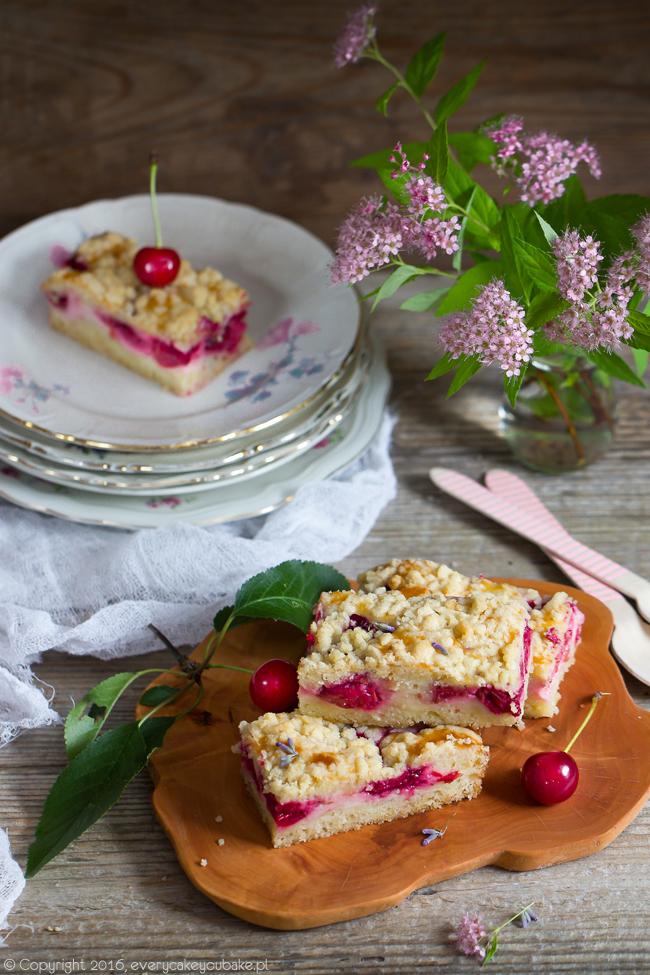 ciasto z wiśniami kwaśną śmietaną i lawendową kruszonką na półkruchym cieście